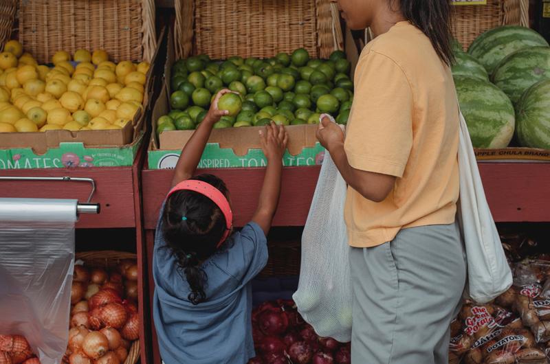 come bloccare le microplastiche dispenser supermercato borsa frutta verdura