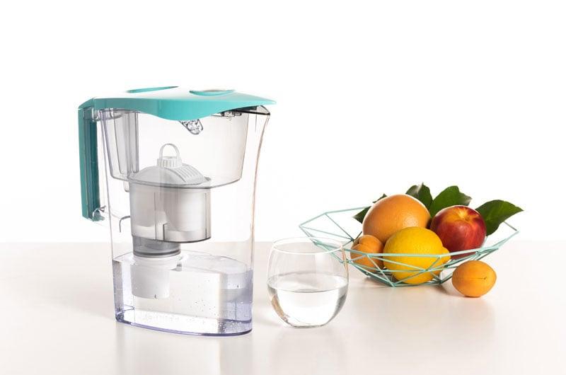 Caraffa-filtrante-Laica-con-filtro-e-bicchiere-dacqua-e-frutta