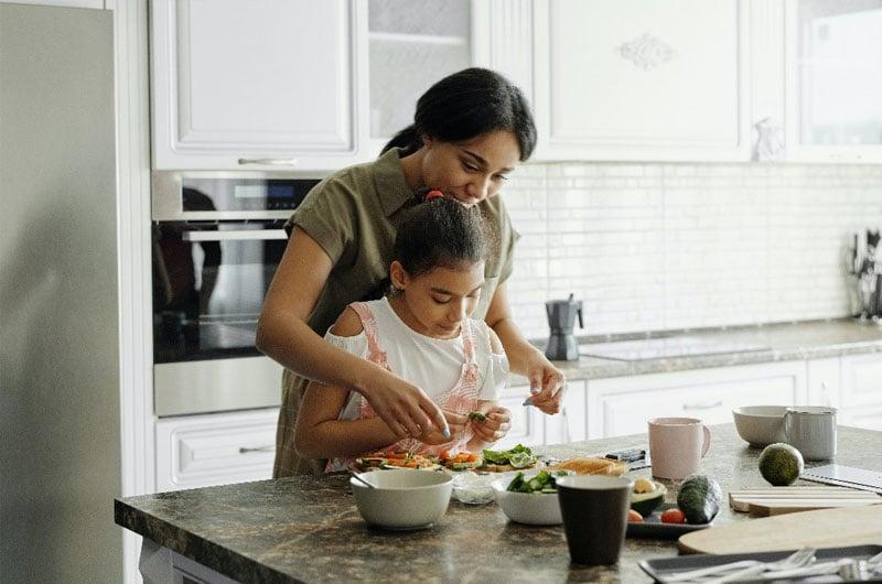 madre-e-figlia-in-cucina