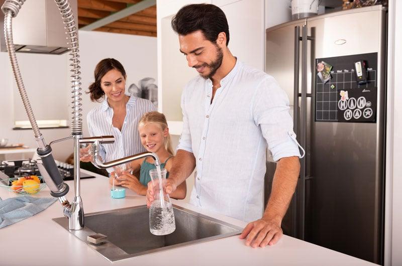 uomo-riempie-bottiglia-con-acqua-del-rubinetto
